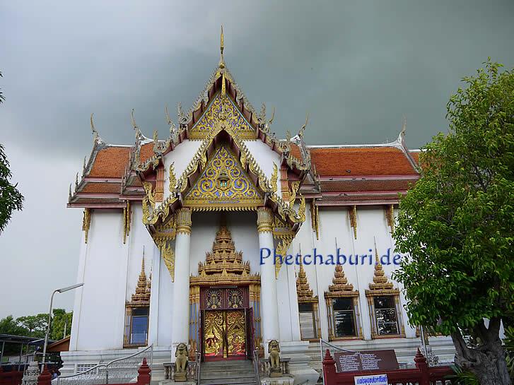 Buddhistischer Tempel vor Gewitter