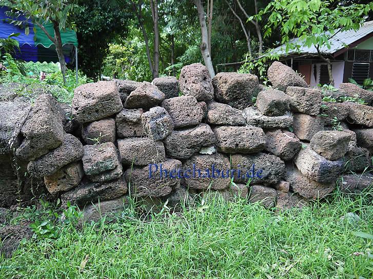Haufen von antiken Sandsteinen in Tempelruine