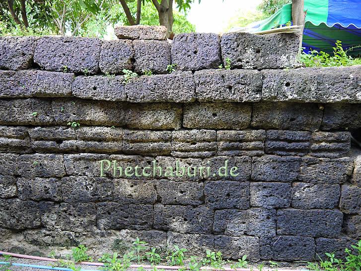 Antike Sandstein Mauern in Wat Kamphaeng Laeng